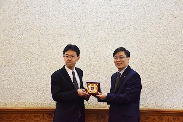 Vice Minister Nguyen Khanh Ngoc receiving JICA's Mid-term evaluation Team